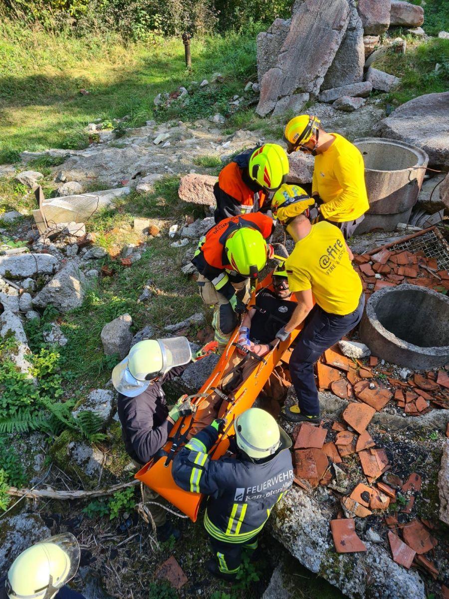 Transport von Verletzten über Trümmer
